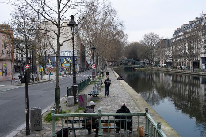Comment gagner quelques pièces alors que personne n'est là ? Aucun mot, aucune consigne n'ont été adressés aux sans-abris, oubliés parmi les oubliés - même les toilettes publiques ont été fermées. Ils sont pourtant plus de 3500 à Paris et 250 000 en France.