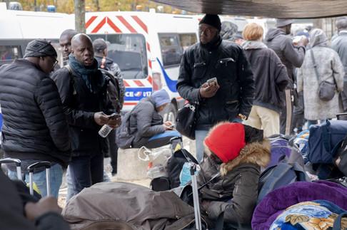 Pour ces 200 sans-papiers maliens, qui vivaient jusqu'en novembre 2018 au foyer Bara à Montreuil, ces deux dernières semaines ont été particulièrement éprouvantes. Relogés d'urgence après la fermeture du foyer il y a un an, ils étaient hébergés dans un immense bâtiment administratif vide, l'AFPA, réquisitionné en urgence par la mairie de Montreuil. Mais le 29 octobre 2019, à deux jours de la trêve hivernale, ils ont été expulsés par les forces de l'ordre, pendant que ceux qui possédaient des papiers d'immigration ont été relogés. Abandonnés par Coallia, l'organisme gestionnaire du foyer Bara - qui avait la tâche de reloger ses anciens résidents -, ces travailleurs sans-papiers maliens ont passé plusieurs jours dans la rue, face à l'AFPA, en espérant que la mairie trouve une solution.