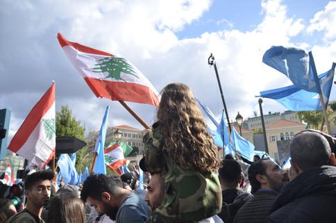 À Beyrouth, des milliers de manifestants se sont réunis devant le domicile du premier ministre, la Maison du Centre, laissant éclater leur joie dans une ambiance festive. Des centaines de drapeaux libanais et du Courant du Futur, le parti de M. Hariri, flottaient au-dessus de la foule en liesse, tandis que des manifestants chantaient et dansaient pour célébrer le retour de leur premier ministre.