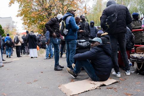 « Les policiers sont arrivés avec des torches à 5 heures du matin. Ils nous ont demandé de sortir, ça s'est fait dans le calme  », relate Sékou, sur le trottoir en face de l'AFPA, quelques heures après l'expulsion. Il n'ira pas travailler aujourd'hui et n'a aucune idée de ce qui l'attend demain. « On reste là, on n'a pas le choix, on n'a nulle part où aller  », poursuit le sans-papier, maintenant sans-abri, d'un ton impassible, comme si rien ne l'atteignait. Ce matin, il a rassemblé toutes ses affaires dans un petit sac, à la hâte. Comme les 200 autres sans-papiers, il attend ici que la mairie ou la préfecture trouvent un hébergement pour tout le monde.