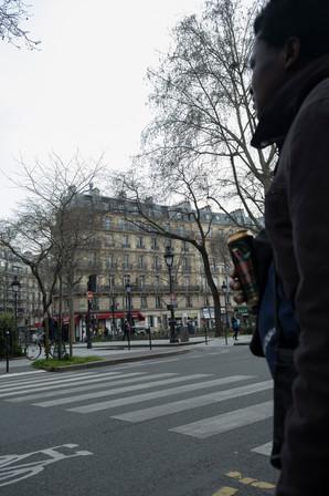 « Les gens nous évitent, plus personne ne veut nous donner d'argent », explique ce sans-abri croisé entre Bastille et République, mardi, quelques heures après le début officiel du confinement. Lui ne sait pas quoi faire ni où aller, et reste avec ses amis, dehors, sans savoir si la police viendra le verbaliser.
