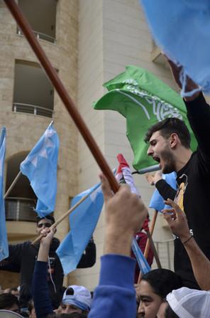 C'est en ce jour de fête de l'Indépendance que le premier ministre libanais, Saad Hariri, a choisi de rentrer au pays. Présent hier matin au traditionnel défilé militaire, M. Hariri a ensuite annoncé suspendre sa démission. «J'ai accepté cette requête afin qu'un dialogue soit mis en place dans le but de régler les divergences, notamment concernant les relations du Liban avec les pays arabes», a-t-il déclaré lors de son discours après sa réunion avec le président libanais.