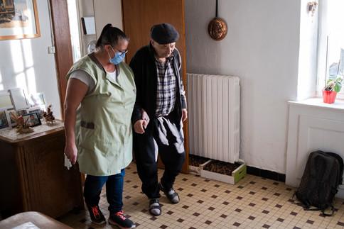 Epuisées par des conditions de travail qui ne cessent de se détériorer, les aides à domicile s'inquiètent de la pénurie de leurs effectifs. Reportage en Mayenne, sur les pas de Nathalie Saveneau, qui a créé un syndicat pour essayer de faire bouger les lignes.
