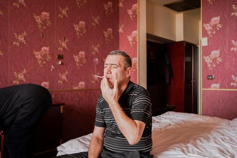 Assis sur un lit, André, le père d'Artur, fume une cigarette en se rappelant les heures glorieuses de l'Artsakh, lors de la guerre qui opposa l'Arménie et l'Azerbaïdjan de 1990 à 1994. Il avait 16 ans à l'époque et venait de vivre une guerre meurtrière qui avait permis aux Arméniens de récupérer par la force les régions voisines du Haut-Karabakh - ces mêmes régions reprises fin 2020 par l'Azerbaïdjan. « À l'époque, on avait gagné la guerre, c'était un autre scénario », se désole-t-il. « Le peuple arménien a toujours eu ce problème : il a toujours du se battre pour survivre. Mais il y a peu d'espoir que les Arméniens et les Azerbaïdjanais vivent en paix désormais. Si on peut vivre ensemble un jour, ce sera dans longtemps », prophétise-t-il.