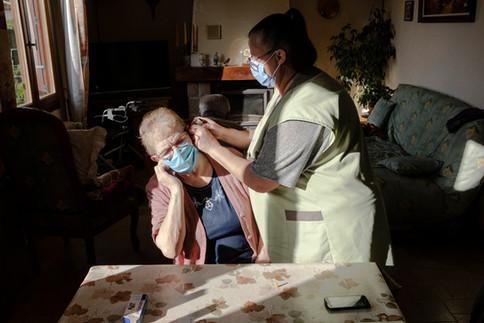 Le cliché de l'aide à domicile en femme de ménage, Nathalie ne veut plus l'entendre. « On fait beaucoup plus que ça », dit celle qui enchaine des dizaines d'interventions par jour où elle doit s'occuper des médicaments, manipuler des personnes paralysées, lever, coucher, habiller, doucher ceux qui ne peuvent le faire sans elle.