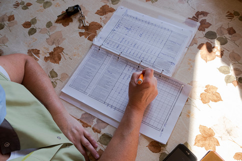 Les aides à domicile, en particulier en milieu rural, sont un maillon essentiel dans la vie des personnes âgées. Sans elles, le recours aux EHPAD serait systématique, alors que le maintien à domicile est encouragé par l'État. Mais voilà, alors que le vieillissement de la population va demander davantage de moyens humains et financiers, le métier n'attire plus. « Il y a un énorme turn-over, les gens travaillent ici puis partent à l'usine, ils gagnent mieux leur vie là bas et je les comprends », se désole Nathalie. Le salaire constitue un des principaux freins à l'embauche, observe le président. « Trouvez-moi des jeunes, qui veulent bien travailler 100 heures par mois, faire 1300 kilomètres en voiture, pour 900 euros, c'est impossible ».