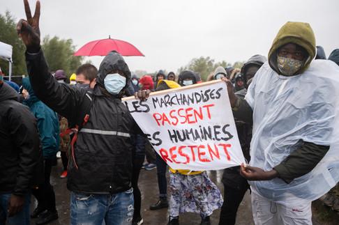 Le 24 septembre, après une visite de Calais et des campements, la Défenseure des droits, Claire Hédon, s'est indignée des conditions de vie des exilés et a exhorté les pouvoirs publics à « ne pas s'obstiner dans ce qui s'apparente à un déni d'existence des exilés qui, présents sur notre territoire, doivent être traités dignement, conformément au droit et aux engagements internationaux qui lient la France ».   À Calais, les exilés n'attendent plus grand-chose de la France. Ils ont passé plusieurs années sur les routes de l'exil en Europe, sans n'avoir pu obtenir l'asile nulle part, vivant dans la rue, à attendre un appel ou un rendez-vous. L'Angleterre est leur dernière chance, où les conditions de vie sont meilleures, parait-il. En attendant, ils restent là, dans la boue et le froid, victimes invisibles et silencieuses de l'échec des politiques d'accueil de la France.