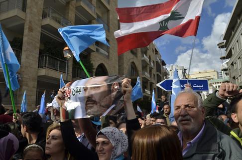 «On est très heureux de son retour, Hariri va sauver le Liban!» s'est exclamé un groupe de jeunes hommes. Plus tard, il est apparu à la fenêtre de son domicile pour remercier la foule. «Merci, merci, merci à vous tous d'être venus pour exprimer votre loyauté», a-t-il déclaré.  La crise politique que traverse le Liban n'est pourtant pas terminée et tous les Libanais ne partagent pas l'enthousiasme exprimé hier envers le premier ministre.