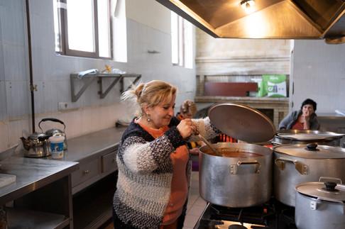 Victoria vivait à Latchine, entre l'Arménie et le Haut-Karabakh, depuis 24 ans. Comme les autres, elle ne se voit pas retourner dans son village, désormais encerclé par les forces azerbaïdjanaises. « Vivre dans ces conditions, à quelques mètres de la frontière alors que les militaires sont basés à quelques mètres du village, ce n'est pas possible. On ne peut pas rester dans cette région », affirme-t-elle.  Alors, comme les autres, elle a laissé son fils, militaire au Karabakh, et est partie avec le reste de sa famille. En arrivant ici, elle forme avec d'autres femmes un petit groupe pour organiser la distribution alimentaire. « J'ai compris qu'il fallait qu'on s'auto-organise à l'intérieur, pour créer un système de distribution avec un planning, savoir qui fait quoi, et quand. On est un petit groupe qui contribue à l'effort collectif, on prépare à manger pour tout le monde », détaille-t-elle fièrement.