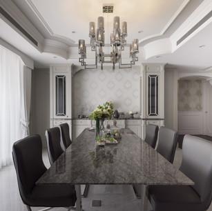 天花板角落飾以多層次線板  透過逐漸堆疊向上的手法  醞釀優雅動人的純粹美學