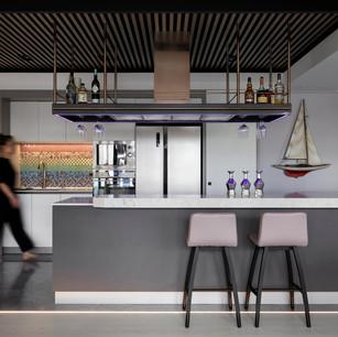 中島吧台  上方鋁格柵與天花板中央橫樑形塑而相呼應的立體空間