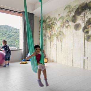 特地製作的吊桿與吊繩 是小朋友盪鞦韆和媽媽空中瑜珈的好所在。