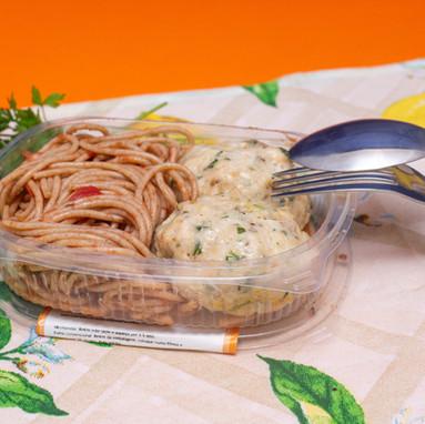 Almôndegas de frango com espaguete integral de sêmola