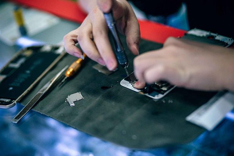 woman-repairing-a-smartphone-4D5PB3B.jpg