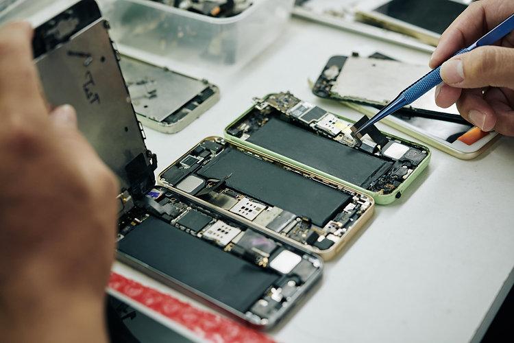 repairman-fixing-smartphones-THDTE3G.jpg