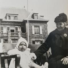 Overgrootmoder met baby voor NSDAP kantoor