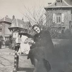Grootmoeder met zoon voor NSDAP in Den Haag