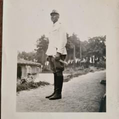 Grootvader bij een barak.