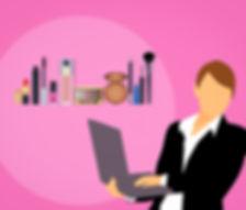 Kvinna med laptop shoppar smink