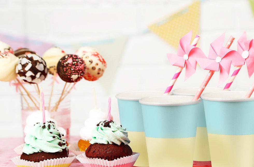 Decoração de maternidade com cupcakes e copos coloridos