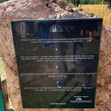 Commemorative plaque in the Ghetto Field