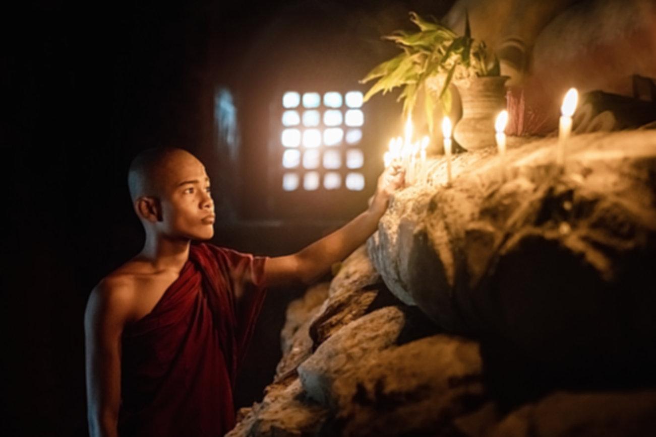 Świece zapalające mnich buddyjski