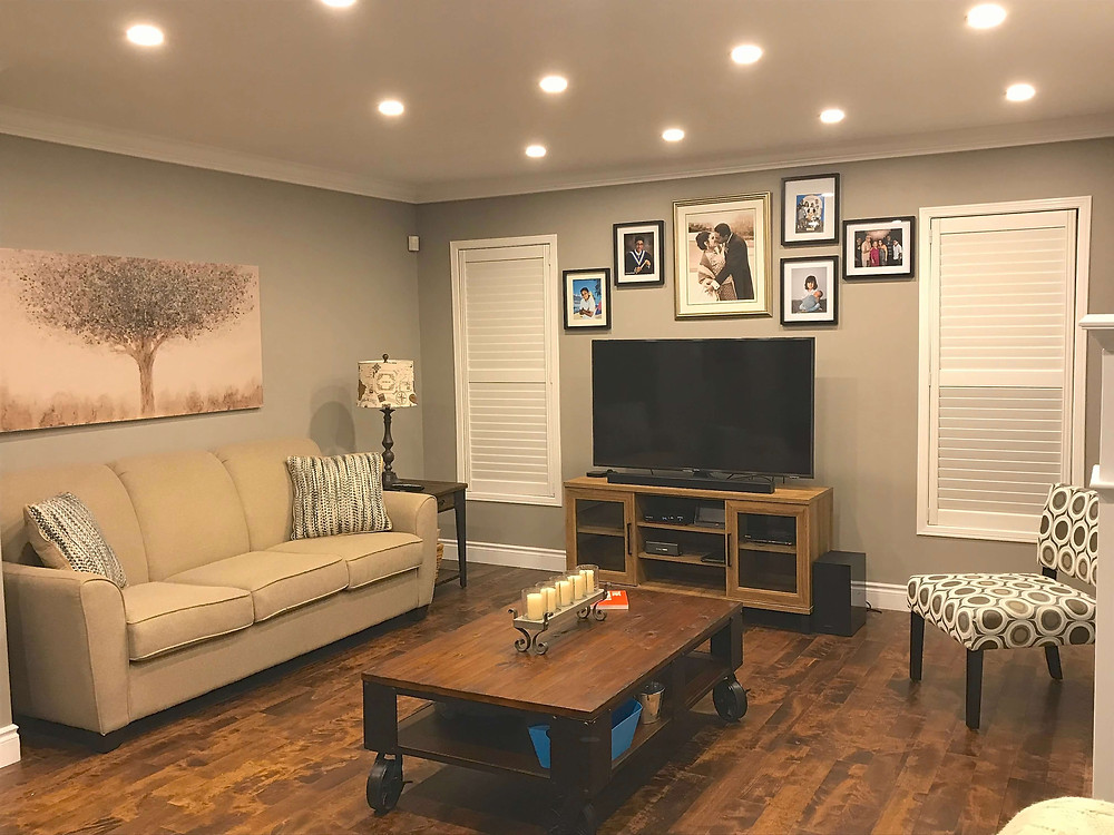 Rustic family room by Georgia's Design