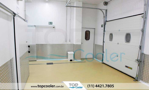 Sala-de-Manipulação-com-Porta-Frigorífica-Seccional---Climatização-&-Refrigeração.jpg