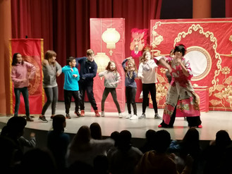 "Primaria ha asistido a la obra de teatro en inglés ""THE EMPRESS NEW CLOTHES"""