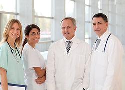 Улыбаясь бригада врачей