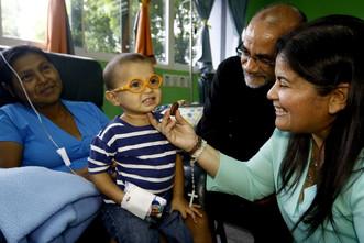 Organizaciones civiles y voluntarios entretienen a niños y adultos enfermos