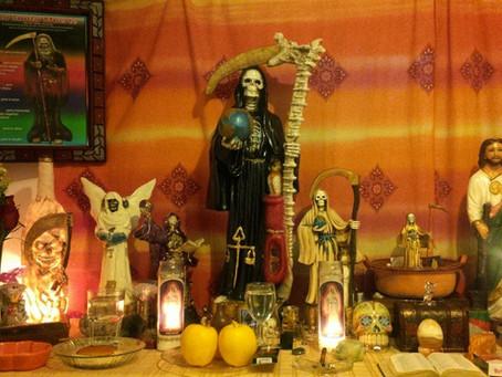 Limpia con huevo y limón mediante la Santa Muerte