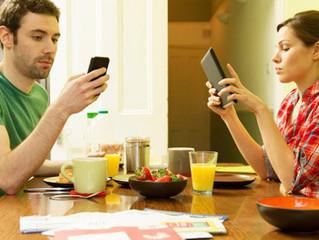 Como o celular pode desconectar o seu relacionamento