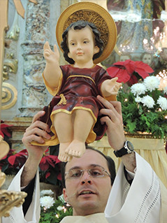 Pe.Alexandre_Segurando_Menino_Jesus.JPG
