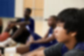 Joueurs de basketball à l'écoute de l'en