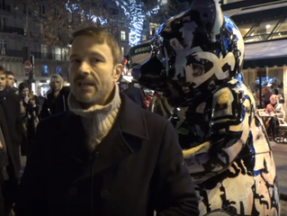 L'artiste Julien Marinetti expose devant Les Deux Magots