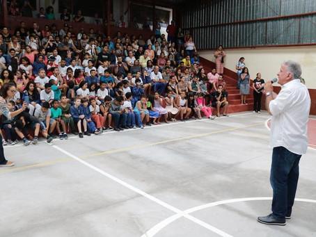 Prefeitura entrega mais de 18000 kits de material escolar aos alunos da rede municipal de ensino