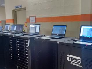 Equipo técnico que realiza las instalaciones de clase digital en la solución MÓVIL de la red municip
