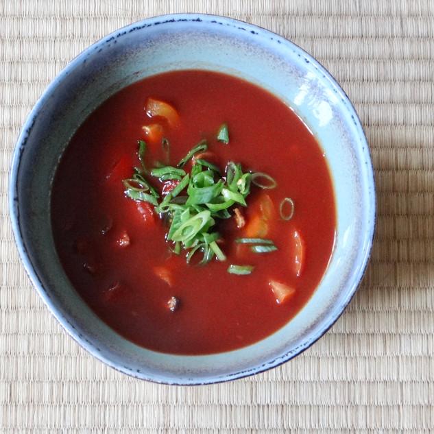 Feuerscharfe Tomatensuppe mit Shiitakestämmen