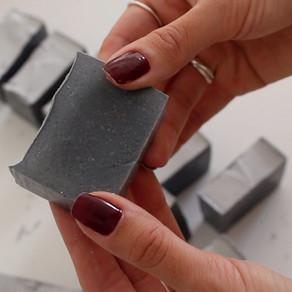 Sua pele precisa de uma detoxificação?   Conheça o DIY de sabonete de carvão ativado natural