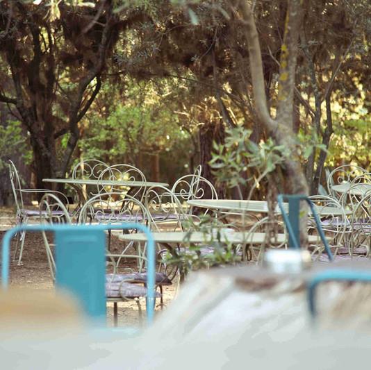Καθίσματα στον κήπο του garden cafe