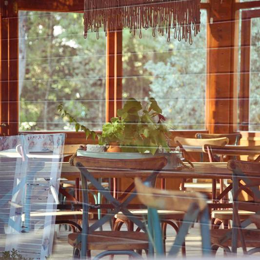 Εσωτερικό ξύλινο κιόσκι του gardencafe