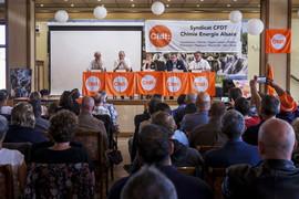 AG du SCEA (Syndicat Chimie Energie Alsace). Intervention de Laurent Berger face à 95 militants issus de 45 sections. A la tribune : Dominique Toussaint (SG URI GE), Laurent Berger, Sabine GIES (SG adjointe URI GE), Dominique Bousquenaud (SG FCE), Jean-Michel HALTER (SG SCEA) Reproduction interdite