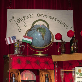 """""""Les anniversaires surprises"""" -Atelier Pallagès à Wettolsheim, à 4km de Colmar    Faites vous plaisir ! Faites plaisir à votre amoureuse, votre fiancé, vos grands parents, à votre enfant...  Marquons ensemble les 1, 5, 10, 20, 50, 90 ans! Les anniversaires de mariage ou autre.  Dans le décor de votre choix, venez à l'atelier fêter un anniversaire surprise.  Montez votre décor, apportez vos objets, des journaux, des livres, un scrable, l'assiette de famille, un tableau, sa maquette, son chapeau, un petit détail, tout ce qui raconte la vie et l'histoire de la personne ou du groupe.    350€, la mise en place du décor, trois photos, la mise en conformité des images choisies et un tirage 30x40 envoyé à votre adresse ou à récupérer à l'Atelier.N'hésitez pas à me demander un devis au 0681774542.      Après la prise de vue, nous vous proposons si vous le souhaitez le pot de la convivialité, une dégustation sur place des vins nature, vins pétillant des Jardins En-Chantants.  N""""hésitez pas à ma demander un devis pour l'ensemble de la prestation.  Merci pour votre visite. À bientôt."""