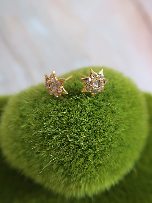 Vintage: Star-shaped gold ear studs with intan 750 gold