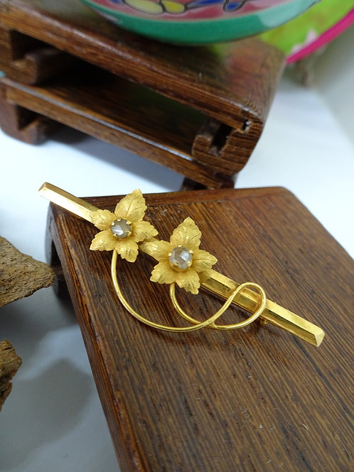 Vintage: Flower Brooch with intan 750 gold