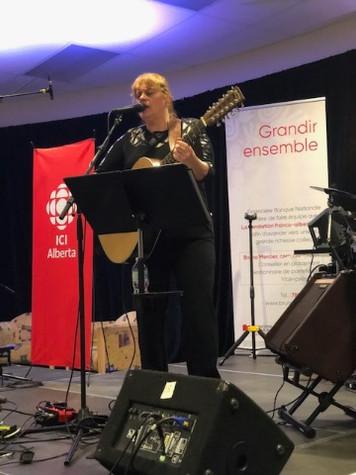 Chantal Marie sur scène au Francothon 2019 à Edmonton, AB