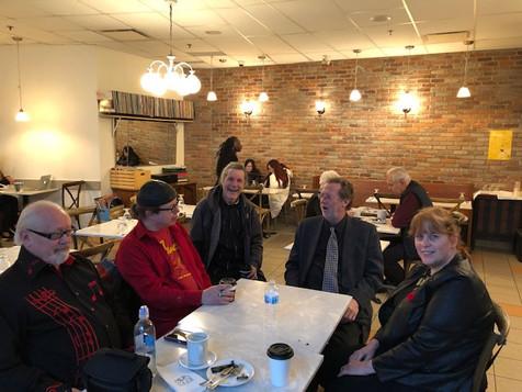 Chantal Marie et les membres du groupe L'Onde Sonore relaxent au Café Bicyclette. De gauche à droite; Gérant du groupe Martin Collins, Chris Durand (Invité), Bassiste Humbert Medeiros, Claviériste Andrew Glover et Chantal Marie.