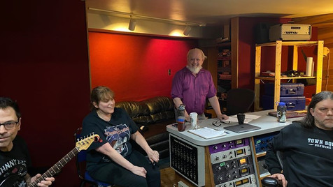 Dans la salle de contrôle avec Réal Fagnan , Chantal Marie, gérant Martin Collins et l'ingénieur Nik Kozub