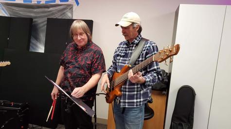 Directeur musical JJ Lisk avec le  bassiste John Taylor verifient les arrangements musicaux